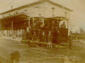 Figura 3 Stazione Vignola Locomotiva Krauss e personale di stazione. Anno 1910.