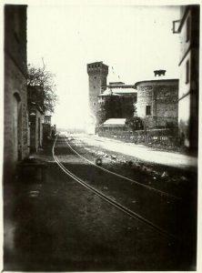 Figura 4 - Via al Ponte Muratori innevata. Ben evidenti i binari della ferr. Bologna-Vignola. Anno 1910.