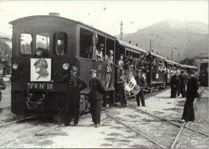 Figura 6 - Convoglio della BO-V. fermo a Casalecchio. Porta operai della Garagnani (?) di Savignano in gita aziendale. DUCE in testa, tricolore al seguito. Anno 1936.