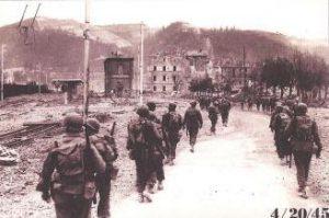 Figura 9 - I militari Americani entrano a Casalecchio passando dalla stazione il 20 aprile 1945.