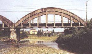 Figura 13 - Il ponte sul fiume Panaro in abbandono. Anni '90.