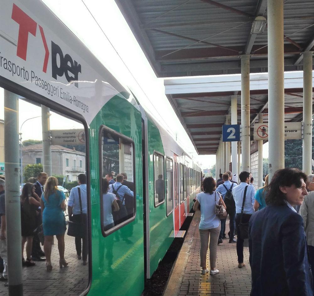 L'arrivo a Crespellano del treno inaugurale con autorità e addetti ai lavori.